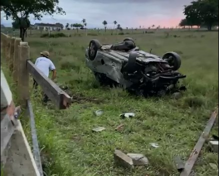 Motorista morre após perder controle de carro e ser projetado para fora após vários capotamentos