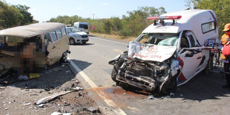 Bahia: Colisão envolvendo ambulância de Valente e Kombi deixa dois mortos e dois feridos na BR-324